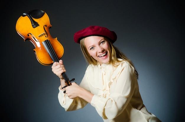 Kobieta skrzypce gracz w muzycznym pojęciu