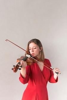 Kobieta skrzypek gra na skrzypcach