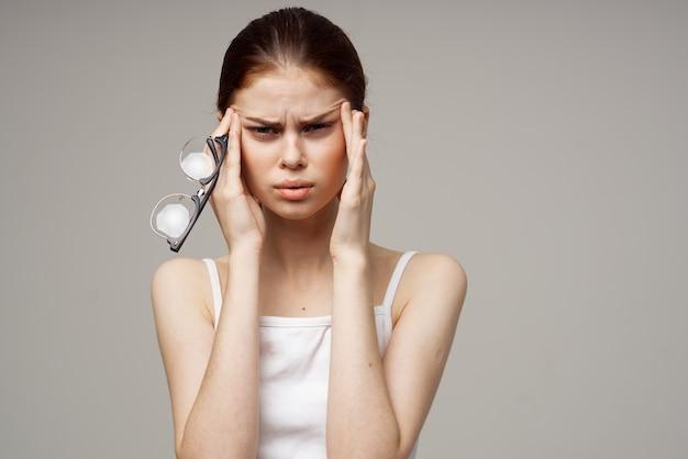 Kobieta słaby wzrok problemy zdrowotne negatywne na białym tle