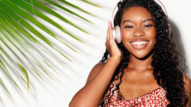 Kobieta słucha muzyki przez słuchawki