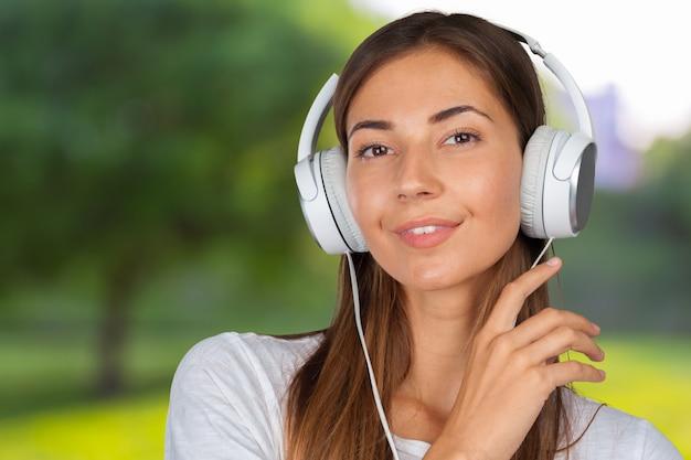 Kobieta słucha muzyki