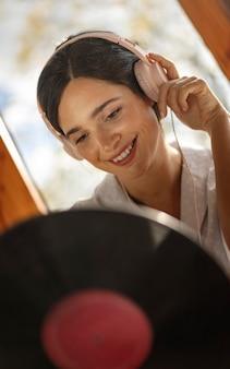 Kobieta słuchać muzyki w słuchawkach