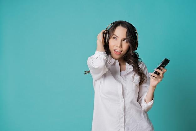 Kobieta słuchająca muzyki, czas na relaks, młoda dziewczyna używa smartfona