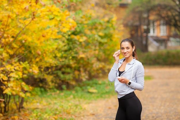 Kobieta, słuchanie muzyki i robienie ćwiczeń