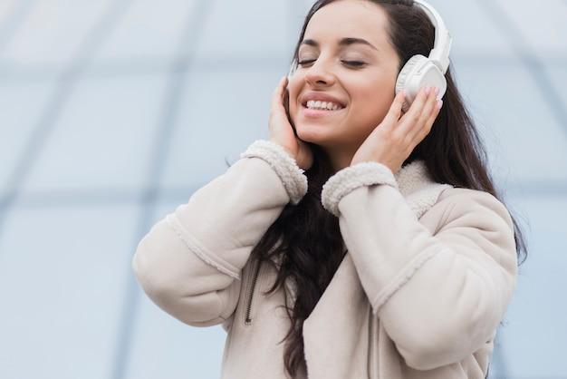 Kobieta, słuchanie muzyki na słuchawkach
