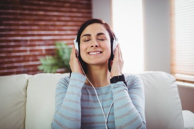 Kobieta, słuchanie muzyki