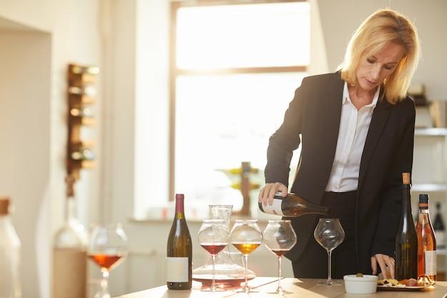 Kobieta sommelier wlewanie wina