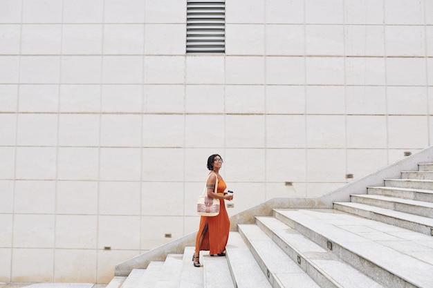 Kobieta spaceru w pięknym mieście