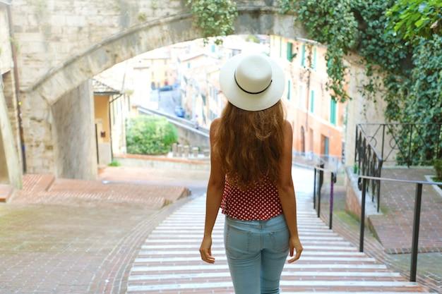 Kobieta spaceru w starym średniowiecznym mieście perugia, włochy