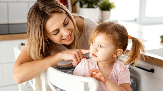 Kobieta spędza czas z córką na dzień matki w domu