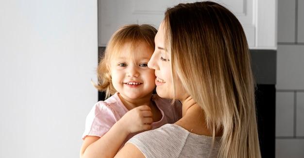 Kobieta spędza czas z córką w dzień matki