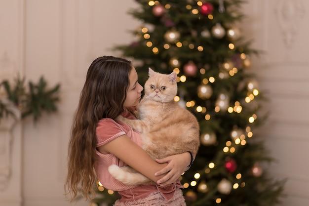 Kobieta spędza święta bożego narodzenia ze swoim kotem