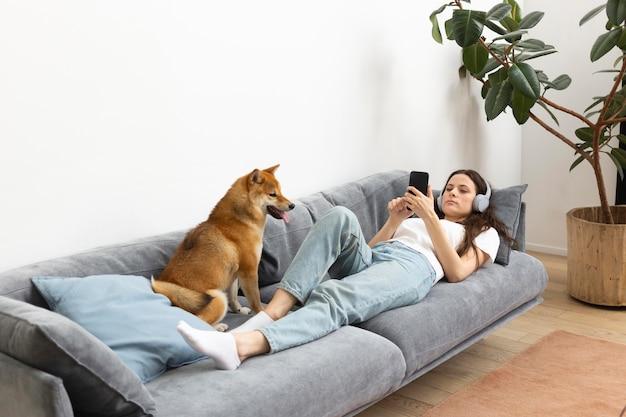 Kobieta spędzająca czas z psem