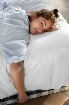 Kobieta śpi średni strzał