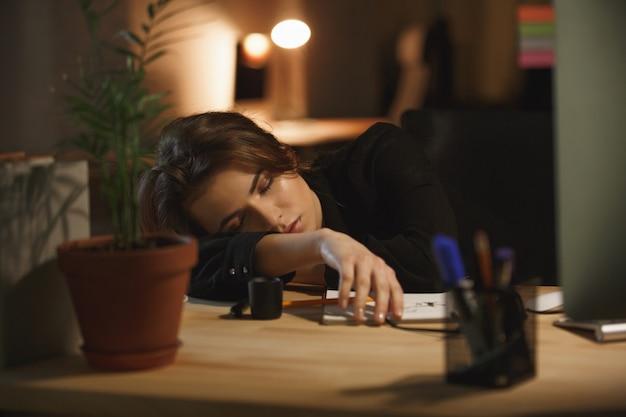 Kobieta śpi w miejscu pracy