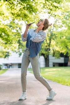 Kobieta śpiewa i tańczy długie ujęcie