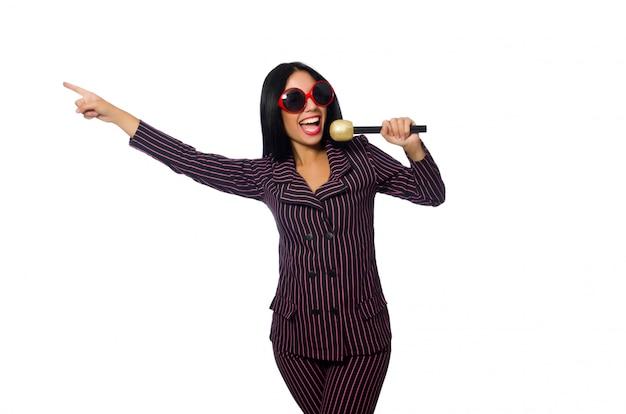 Kobieta śpiewa w klubie karaoke na białym tle na whie