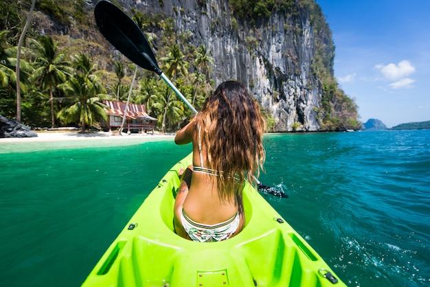 Kobieta spływy kajakowe w małej lagunie w el nido na filipinach