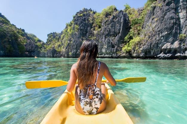 Kobieta, spływy kajakowe w małej lagunie w el nido, palawan, filipiny - bloger podróżniczy odkrywający najlepsze miejsca w azji południowo-wschodniej