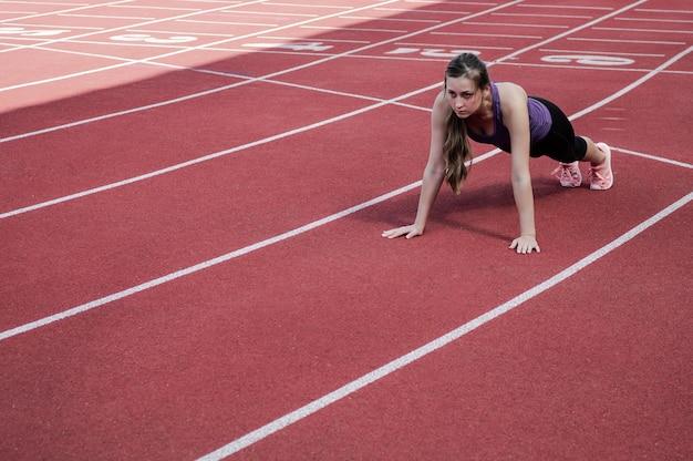 Kobieta sport fitness w odzieży sportowej moda robi ćwiczenia fitness jogi na ulicy, sporty na świeżym powietrzu, styl miejski. pojęcie zdrowego stylu życia.
