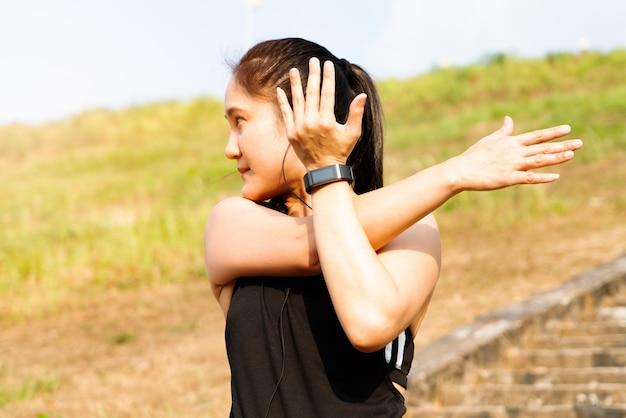 Kobieta sport jest rozciąganie mięśni przed treningiem