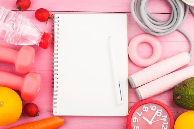 Kobieta sport koncepcja różowy deska drewniana