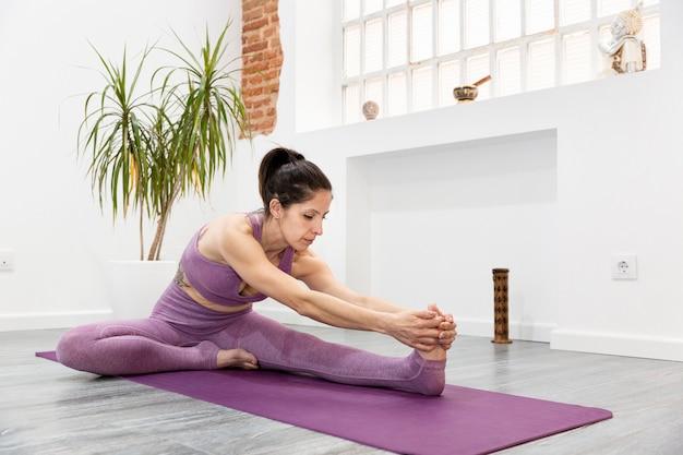 Kobieta sport streching w domu. koncepcja fitness i jogi. miejsce na tekst.