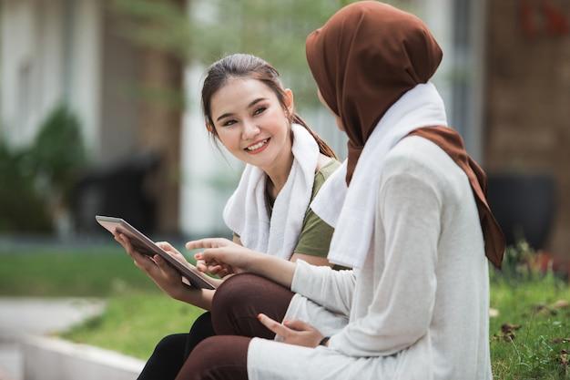 Kobieta sport zrobić sobie przerwę po treningu i korzystania z komputera typu tablet