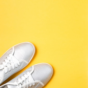 Kobieta sporta buty zamykają up na jaskrawym tle