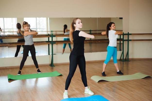 Kobieta sportowa robi aerobik. pojęcie diety oraz zdrowej żywności i stylu życia.