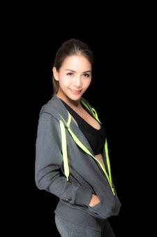 Kobieta sportowa w moda odzież sportowa.