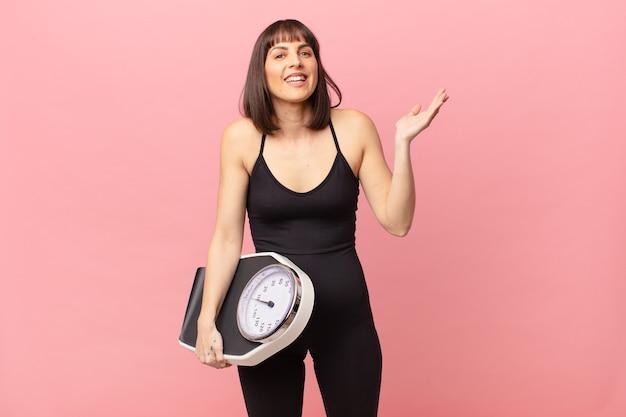 Kobieta sportowiec czuje się szczęśliwa, zaskoczona i pogodna, uśmiechnięta z pozytywnym nastawieniem, realizująca rozwiązanie lub pomysł