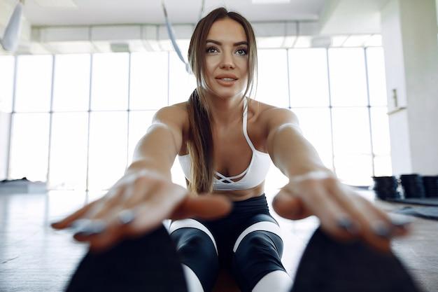 Kobieta sportowy trening w siłowni rano