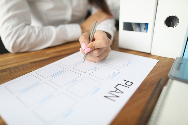 Kobieta sporządza papierowe tablice płatności finansowych