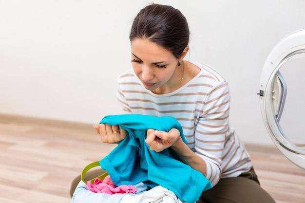 Kobieta sprawdza czystego pralnianego środka strzał