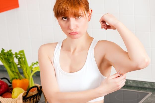 Kobieta sprawdza jej triceps