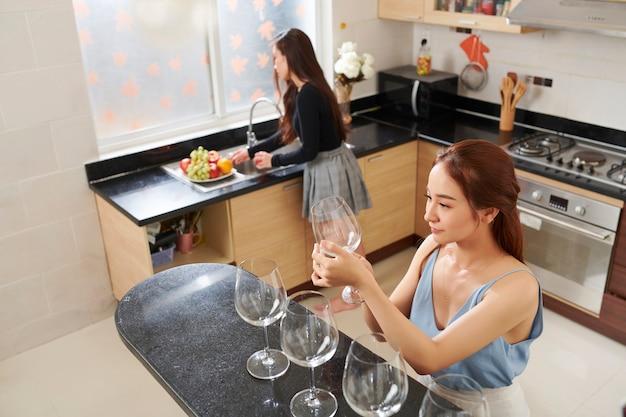Kobieta sprawdza kieliszki do wina