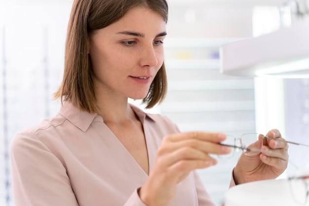 Kobieta sprawdza nowe okulary
