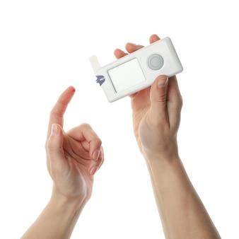Kobieta sprawdza poziom cukru we krwi, na białym tle