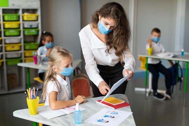 Kobieta sprawdza pracę domową ucznia
