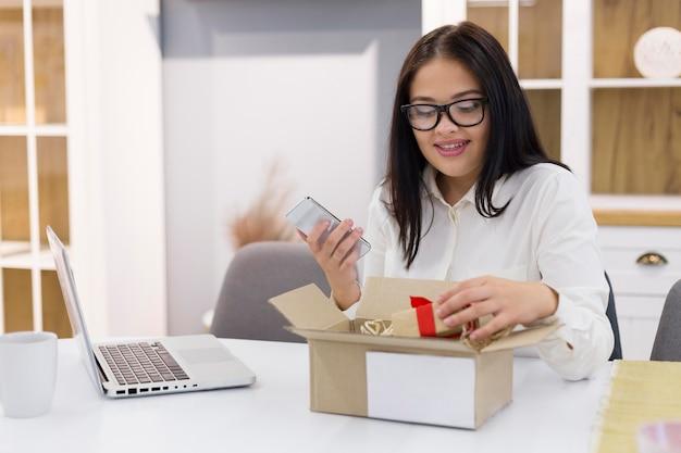 Kobieta sprawdza swój nowy zakup