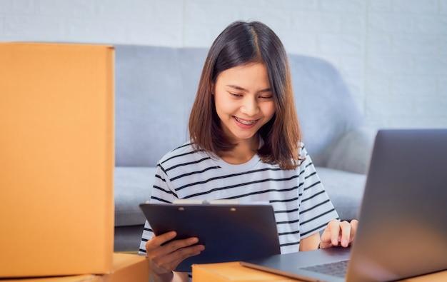 Kobieta sprawdza zamówienie online