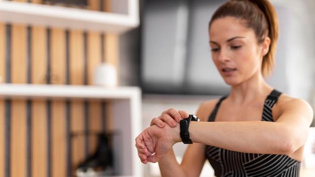 Kobieta sprawdza zegarek średni strzał