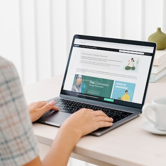 Kobieta sprawdzająca bezpłatne zasoby projektowe na stronie internetowej