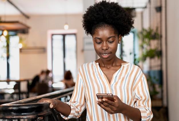 Kobieta sprawdzająca powiadomienia na smartfonie