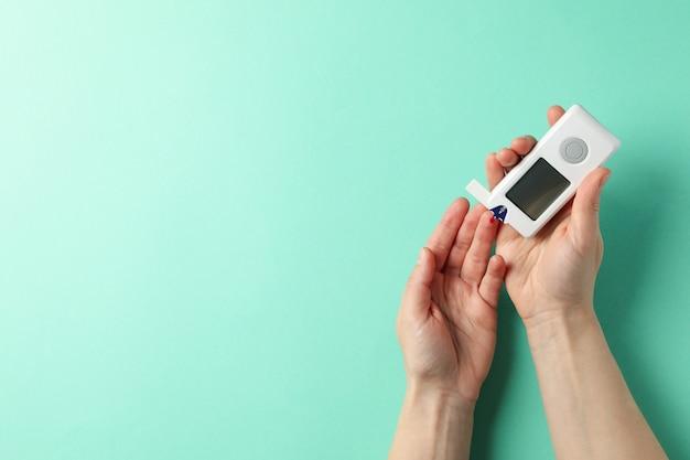 Kobieta sprawdzanie poziomu cukru we krwi