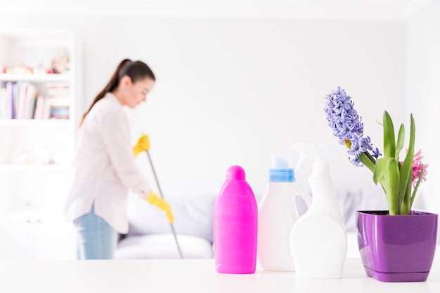 Kobieta sprząta jej dom
