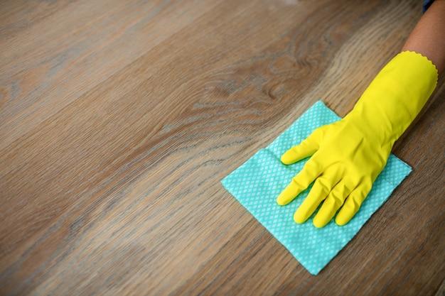 Kobieta sprzątanie stołu w kuchni