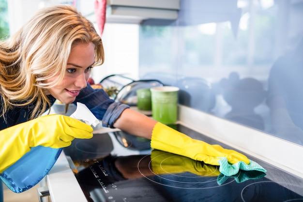 Kobieta sprzątanie w kuchni