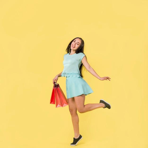 Kobieta stoi na skarpecie w błękitnych ubraniach